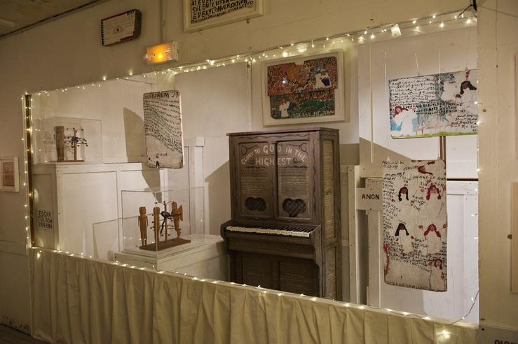 Le pareti e l'organo sono ricoperti di scritte visionarie e preghiere.