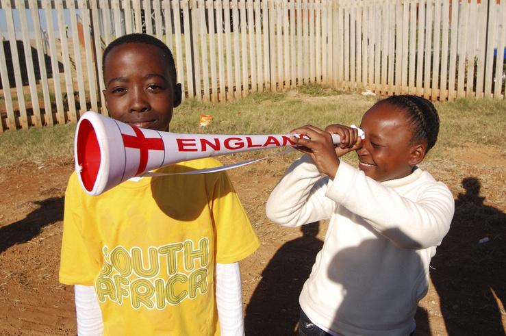 Ein südafrikanisches Kind hält Ausschau nach den englischen Ballkünstlern...vergeblich!