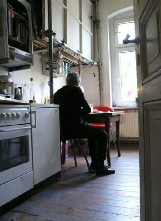 Helge dans sa cuisine.