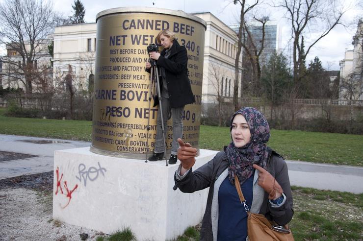 Die Statue ist das sarkastische Symbol für die EU-Spenden während des Krieges 1992-1995