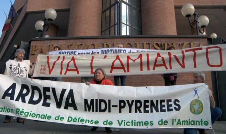 Le 6 avril 2009, le jour de la première audience préliminaire devant le GIP pour le procès contre Eternit, de nombreuses associations étrangères manifestaient à Turin