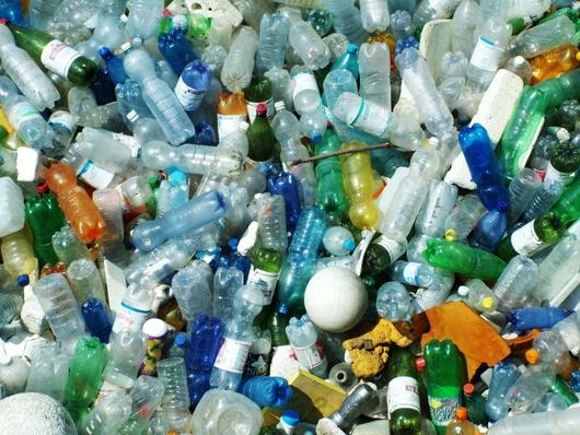 Rifiuti plastici nel fiume Lambro all'altezza di via Chiesa Rossa (Latente/flickr)