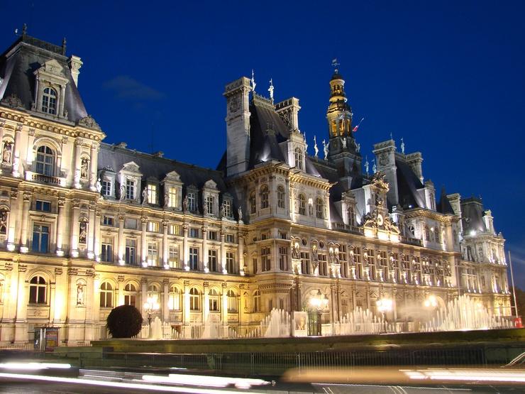 Hôtel de ville de Paris : ses dorures, ses lustres, ses statues et ses pénibles connexions internet.