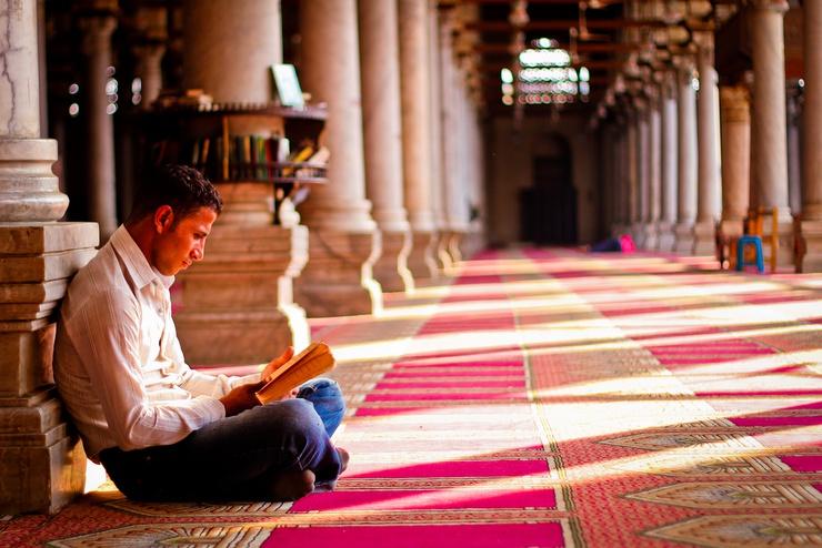La religión musulmana es más monoteísta; su panteón, en lugar de una legión de santos, tiene sólo a Alá