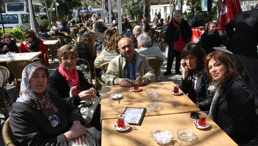 Arrivato con la moglie dall'Anatolia, Asim (al centro) ha incontrato per la seconda volta Sonia (alla sua destra) e la sua famiglia