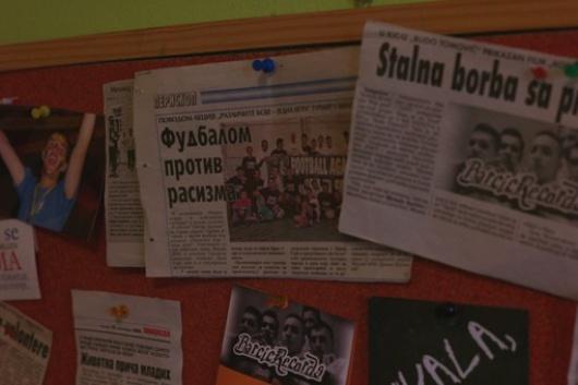 I successi dei rom di Konik negli articoli appesi sui muri del Forum MNE