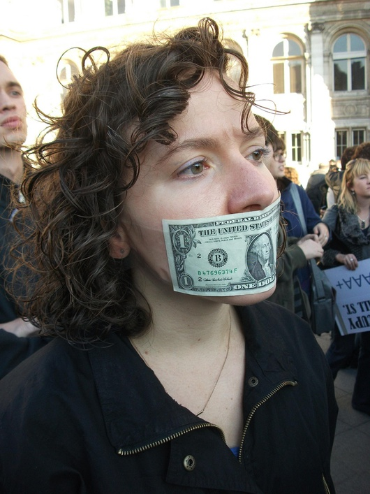 """Une militante d'""""Occupy Wall Street"""" visiblement mangeuse de dollars."""