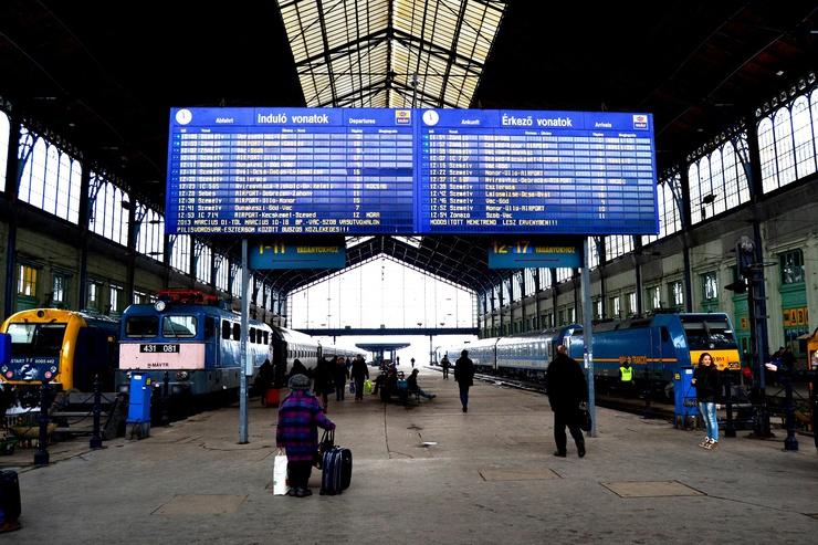 Bahnhöfe - nichts wie weg für Ungarns Jugend?