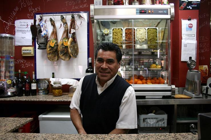 Andres si sente completamente integrato nella comunità locale: i muri sono ricoperti di poster religiosi e richiami alla devozione.