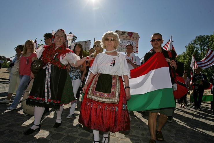 """90 anni dopo la firma del trattato che pose fine alla Prima Guerra mondiale, gli ungheresi non sembrano volerlo accettare e sognano ancora la """"Grande Ungheria"""""""