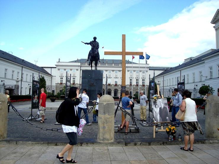 11 ans plus tôt, une autre croix faisait déjà polémique en Pologne