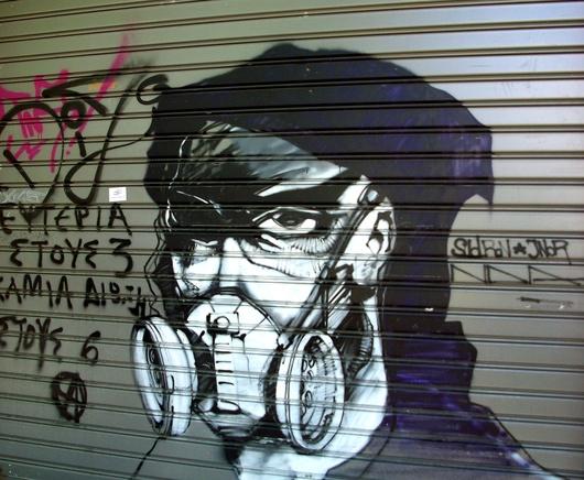 I muri sono pieni di graffiti anarchici contro i politici più che contro le élite economiche