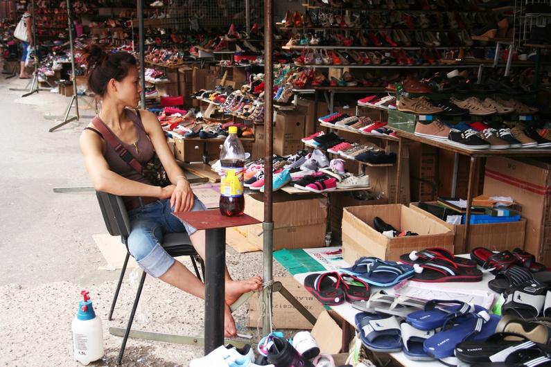Dans ce petit marché, la communauté vietnamienne développe une grande partie de son activité commerciale.
