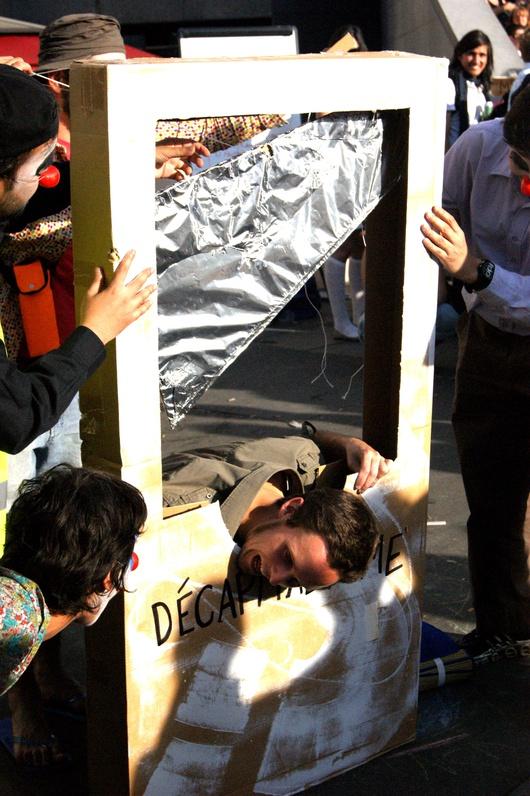 La Brigade Activiste des Clowns (BAC) intervient pour donner des couleurs à la manifestation