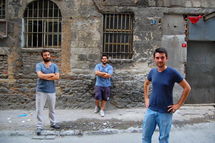 Ils se tiennent devant un ancien bâtiment ottoman laissé vacant où les garçons utilisent une pièce pour travailler. Nous sommes à Beyoglu, un quartier affecté par l'interdiction d'alcool.