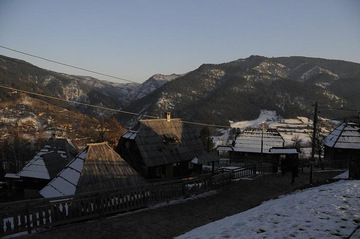 Ouvert au tourisme, le hameau d'une cinquentaine de maisons en pin attire de nombreux touristes dans la région
