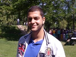 Mourad est volontaire à la fête de quartier qui a lieu dans le parc Schulmeister.