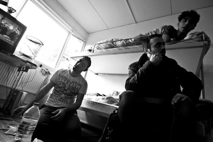 Viven juntos, en una pequeña habitación, junto con un joven tunecino