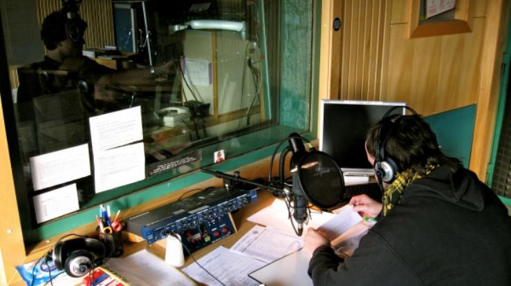 Matija (na zdjęciu), większość wolnego czasu spędza w niezależnej rozgłośni radiowej, mając nadzieję, że kiedyś, zdobędzie ona globalny zasięg.