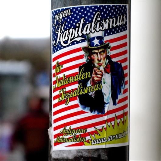"""Slogan: """"Gegen Kapitalismus - für nationalen Sozialismus"""""""