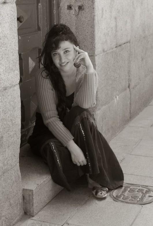 """Die Autorin studierte zunächst """"Internationale Beziehungen und Recht"""" in Oviedo, Toulouse und Brüssel, schmiss das Studium aber für ihre Leidenschaft - das Schreiben"""