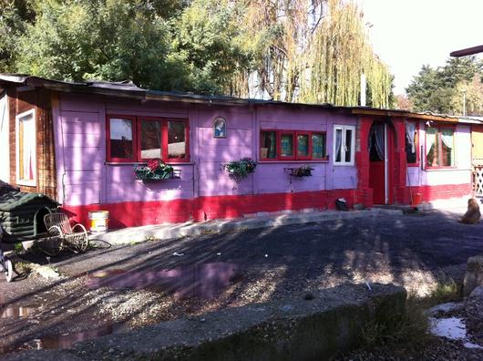 Detrás, una pequeña terraza. En el interior, una decoración colorista siguiendo la tradición romaní