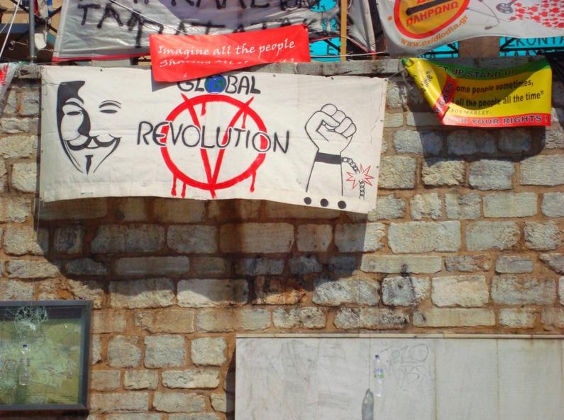 Mal spielt eine Rockband, mal wird die Krise mit Multimediainstallationen künstlerisch in Szene gesetzt. Dann tummeln sich auf dem Syntagma Platz Kommunisten, Hippies, Obdachlose, Politaktivisten, Arbeitslose, Künstler, Anarchos und Schaulustige – und jeder hat eine andere Meinung zur Krise...