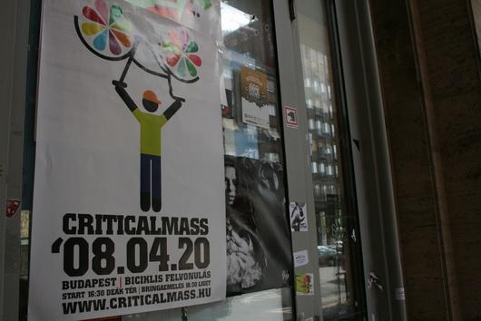 Le vélo s'affiche partout à Budapest, sur les affiches et les tee-shirts