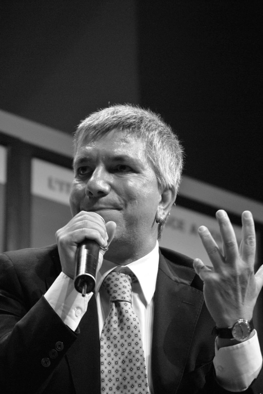 «Ho un peso politico inversamente proporzionale ai mezzi di cui dispongo» ha detto venerdì scorso a cafebabel.com - la generazione dei precari ripone le speranze su di lui