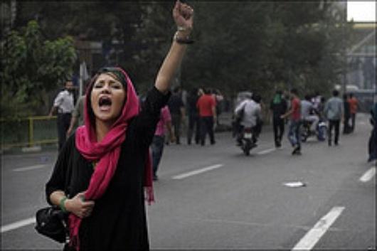 Demonstrantin schreit ihren Protest heraus (Flickr)