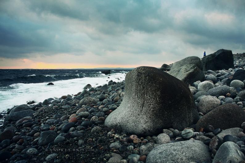 Nei tumuli di pietra della spiaggia sono stati ritrovati i resti di cerimonie funebri dei tempi dei vichinghi.