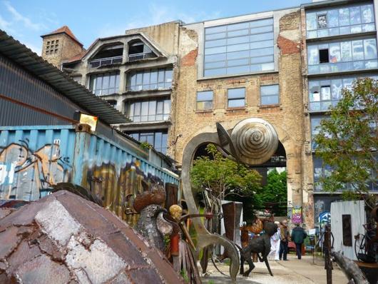 Un bon exemple de l'esthétique berlinoise, basée sur un savant et ironique recyclage du passé socialiste