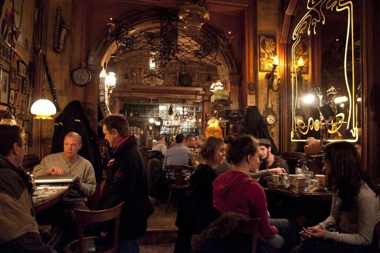 El bar es famoso por su retrete, que tiene televisión y fruta fresca a la entrada