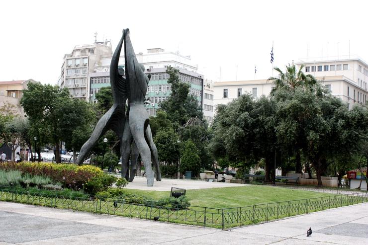 Une immense statue préside la place de Klafthmonos d'Athènes. De nombreux partisans LGBT s'y rendront le 8 juin 2013, à l'occasion de la 9ième édition de l'Athens Pride.