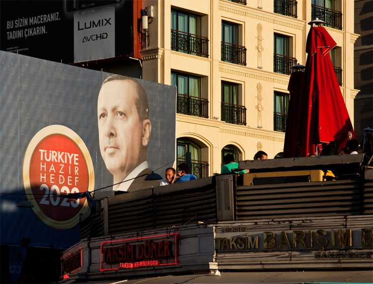 El Partido de la Justicia y el Desarrollo, que lleva en el Gobierno de Turquía desde 2002, es una formación de inspiración confesional, similar a los democristianos europeos. Ha servido de ejemplo a aquellos países que experimentaron la primavera árabe.