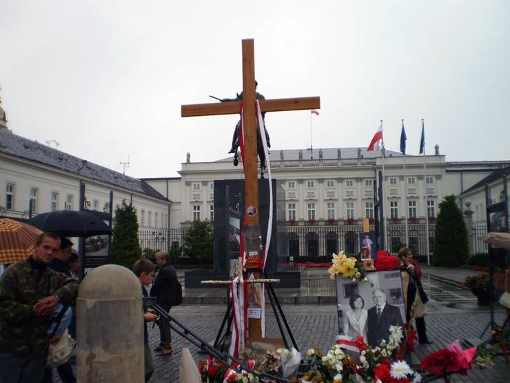 """""""Obrońcy krzyża"""" jako jedno z rozwiązań konfliktu podają postawiene przed pałacem pomnika, w który wbudowany byłby krzyż"""