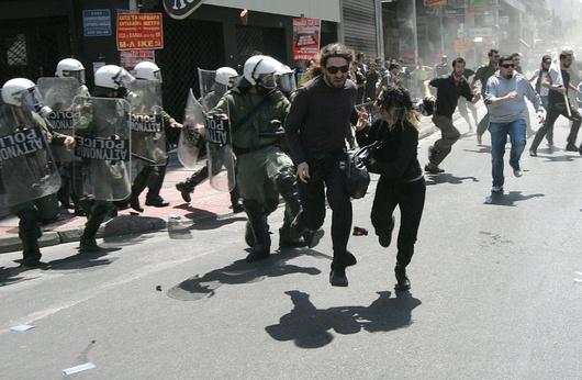 Le manifestazioni contro la crisi greca hanno causato tre vittime in seguito all'incendio scoppiato in una banca