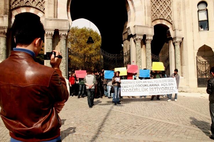Wütende Studenten demonstrieren gegen Polizeikontrollen auf dem Campus