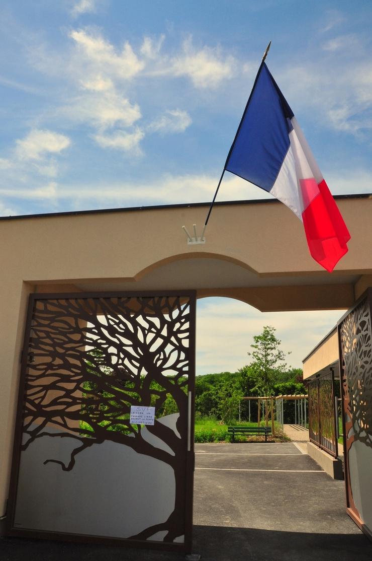 """""""Se me hace raro ver colgar la bandera francesa en el acceso"""", comenta la dueña de un puesto de flores situado en la calle que lleva al camposanto."""