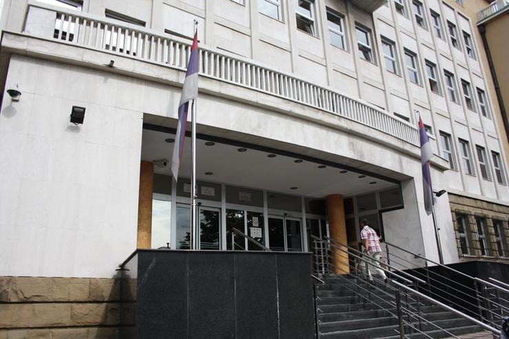 Der Bereich für die Prozesszuschauer hat zwei Ebenen, jeweils für die Angehörigen der Täter sowie den Hinterbliebenen von knapp 2900 Opfern der Jugoslawienkriege, denen hier Gerechtigkeit widerfahren soll.
