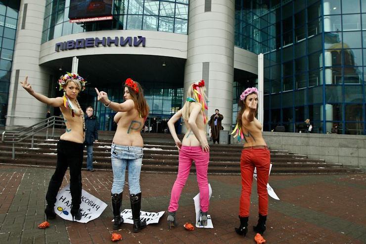 """Le président ukrainien a invité les investisseurs à venir au printemps """"quand les femmes commencent à s'habiller en tenue légère"""""""