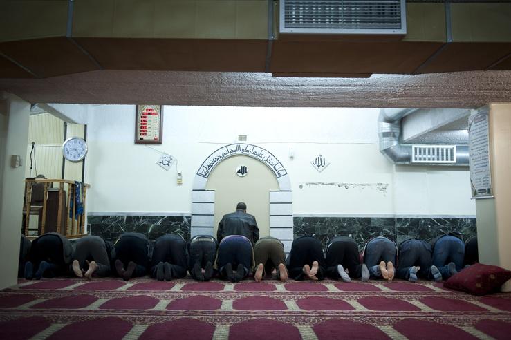 Los conductos de ventilación, al aire, y las paredes nos llevan a pensar lo que después verificamos: la mezquita está en un garaje