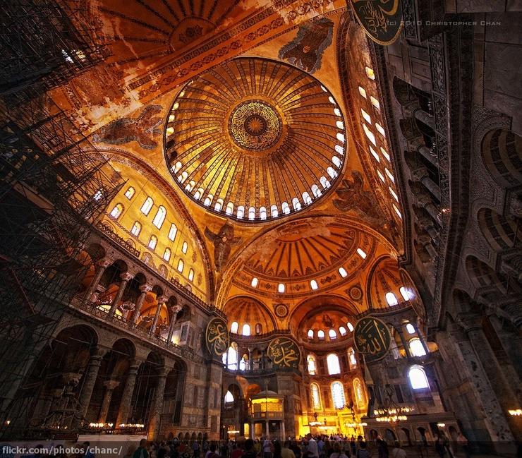 Construida en el siglo VI d.C bajo el mandato del emperador Justiniano, fue reconvertida en mezquita por los turcos en el siglo XV. Hoy es un museo