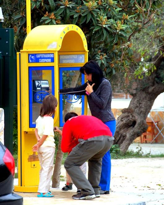 Dimanche matin, les familles albanaises appellent au pays depuis les téléphones publics