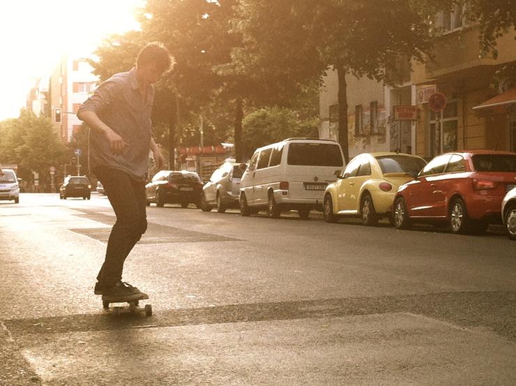 """Un amigo de Janko comenta mientras este hace unos saltos sobre la acera: """"Sinceramente, no había visto nunca a alguien tan bueno como él para su edad. Es una estrella del 'skate'""""."""