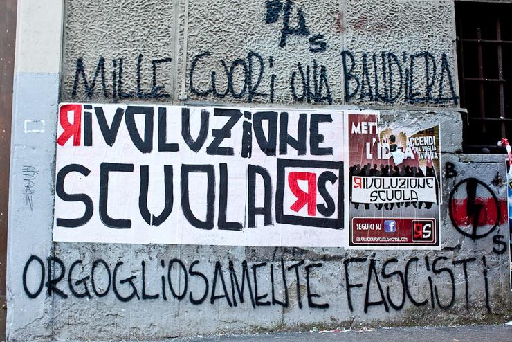 """Ici, un slogan d'une équipe de football à caractère fasciste est peint sur les murs d'un théâtre aux alentours de la Piazza Vittorio. Il dit : """"Mille coeurs pour un drapeau/Fascistes dans l'orgueil"""""""