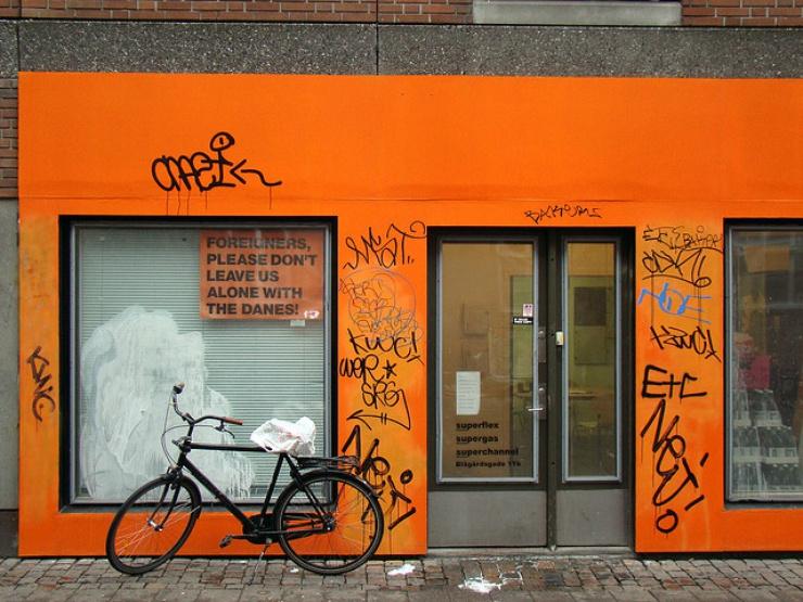 """Uno dei manifesti sparsi per Copenaghen dal collettivo di artisti """"Superflex"""""""