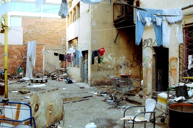 Définitivement délogés en septembre, ils se sont dispersés dans d'autres squats, avec l'intermède des associations locales et la tolérance des autorités.