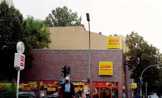 Le magasin était un cinéma avant. Mais ça, c'était avant.