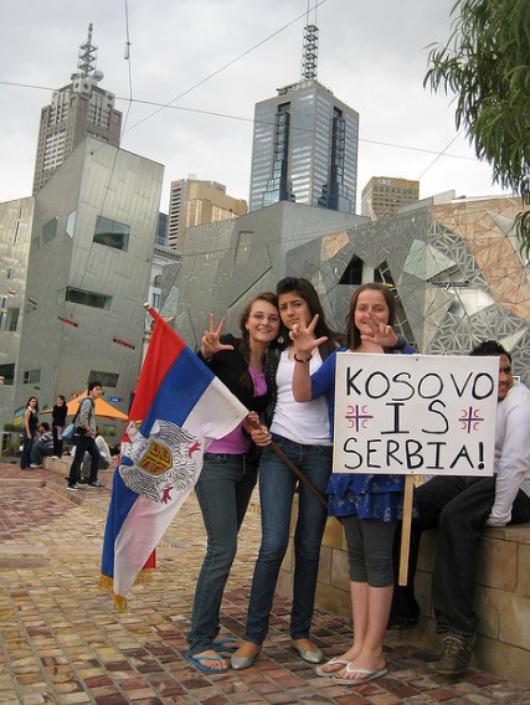 3 serbische Mädels demonstrieren gegen die Unabhängigkeit des Kosovo 2008